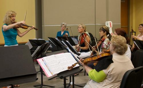 Elizabeth Field, left, demonstrates for upper strings at the Upper Strings at the Institute for Early Music on Modern Instruments. (Marion Meakem Photography)