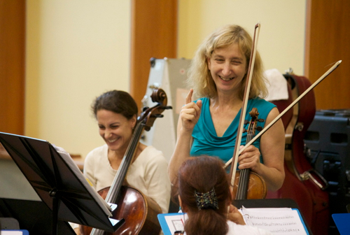 Stephanie Vial, left, and Elizabeth Field during a light moment in rehearsal at the Institute for Early Music on Modern Instruments. (Marion Meakem Photography)